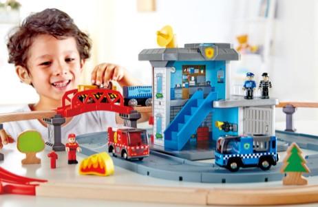 סט משחק רכבת 2 ב 1 עם מרכז כבאות ומשטרה, רכבים עם אורות וצלילים, דמויות והמון אביזרים Hape